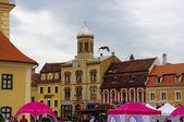 BRASOV, ROMANIA - JUNE 18, 2014: Tourists visit old town of Bras — Foto Stock