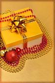 黄色礼品盒圣诞球与周围的珠子 — 图库照片