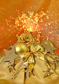 Las cápsulas de oro de Navidad, estrellas, rosas sobre fondo claro — Foto de Stock