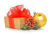 Boîte de cadeau avec maille rouge bow, boules de noël et cône — Photo