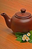 Weinrot teekanne und jasmin blume auf dem holz — Stockfoto