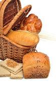 свежий хлеб и пшеницы уха в корзину — Стоковое фото