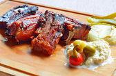 Costillas de cerdo a la parrilla con chile y aperitivo en la madera — Foto de Stock