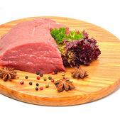 Rohe rindfleisch und salat auf dem holzbrett — Stockfoto