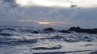 Wellen und steine. — Stockvideo