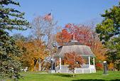 Gazebo surrounded by autumn colors — Stock Photo