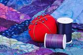 Quiltning tråd och pincushion — Stockfoto