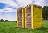 Dwie żółte toalety przenośne — Zdjęcie stockowe