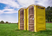 Twee gele draagbare toiletten — Stockfoto