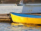Barco amarillo en el muelle de pesca — Foto de Stock