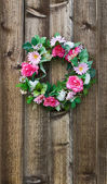 Květinový věnec na plot — Stock fotografie