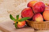 Frutas pêssegos em cesta — Fotografia Stock