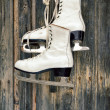 Old ice skates on wall — Stock Photo