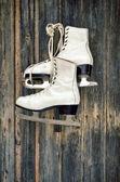 Old ice skates on wall — Stock Photo