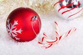 Candy Canes und rot und Silber Weihnachtskugel — Stockfoto
