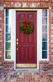 Christmas wreath on a red door — 图库照片