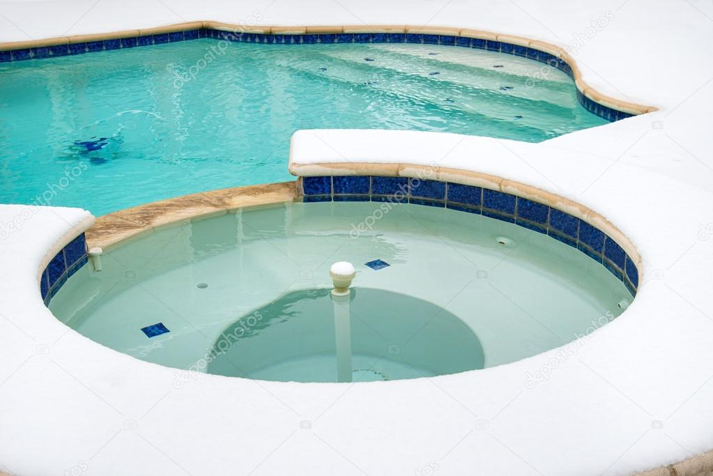 jacuzzi al aire libre o spa en invierno u foto de stock