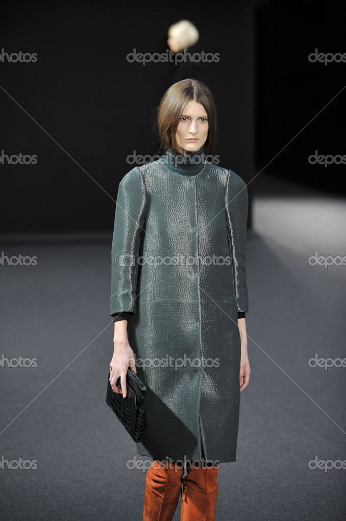 NEW YORK - FEBRUARY 15: A Model walks runway for Ports 1961 Fall Winter 2012 presentation in New York Public Library at 42nd St during New York Fashion Week on February 15, 2012 — Stockfoto #12532828