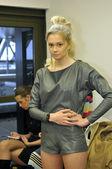 Moskva - 25 mars: en modell blir redo backstage på dima neu för hösten vintern 2012 presentation under mbfw 25 mars 2012 i moskva, ryssland — Stockfoto