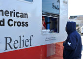 NEW YORK, NY - NOVEMBER 09: collects hot lunches from a mobile Red Cross feeding unit in the Breezy Point part of Far Rockaway on November 9, 2012 in the Queens borough of New York City. — Stock Photo