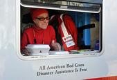 Nova iorque, ny - 09 de novembro: um telefone móvel vermelho suprimentos de unidades transversais almoços quentes para o local na parte ponto arejada da far rockaway em 9 de novembro de 2012 no bairro de queens new york city. — Foto Stock
