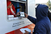 NEW YORK, NY - NOVEMBER 09: collects hot lunches from a mobile Red Cross feeding unit in the Breezy Point part of Far Rockaway on November 9, 2012 in the Queens borough of New York City. — Zdjęcie stockowe