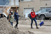 QUEENS, NY - NOVEMBER 11: Volunteers at parking lot in the Rockaway going home after cleaning work from Hurricane Sandy in Queens, New York, U.S., on November 11, 2012. — Stock Photo
