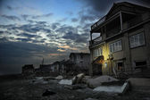 QUEENS, NY - NOVEMBER 11: Damaged houses without power at night in the Rockaway beach - Bel Harbor area due to impact from Hurricane Sandy in Queens, New York, U.S., on November 11, 2012. — Foto de Stock