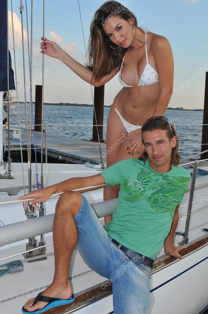 Pretty latin swimsuit fashion model posing sexy at boat Pretty couple posing at white boat marina location — Stock Photo #15707145