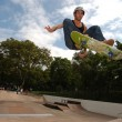 Foto Stock: Skateboarder jumping in the halfpipe