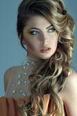 Portret van mooie vrouwelijke model op lichte blauwe achtergrond — Stockfoto