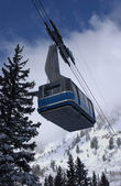 Spectacular view to the mountains and blue ski tram at Snowbird ski resort in Utah — Stock Photo