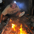 Cooking at night at campground campfire — Stockfoto