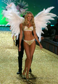 NEW YORK - NOVEMBER 10: Victoria's Secret Fashion Show model walks the runway during the 2010 Victoria's Secret Fashion Show — Stock Photo