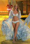 NEW YORK - NOVEMBER 10: Victoria's Secret Fashion Show model walks the runway during the 2010 Victoria's Secret Fashion Show — Foto Stock