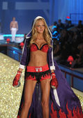 NEW YORK - NOVEMBER 10: Victoria's Secret Fashion Show model walks the runway during the 2010 Victoria's Secret Fashion Show — Photo