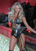 NEW YORK - NOVEMBER 10: Victoria's Secret Fashion Show model walks the runway during the 2010 Victoria's Secret Fashion Show — Foto Stock