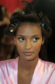 NEW YORK - NOVEMBER 10: Victoria's Secret model Lais Ribeiro getting ready backstage during the 2010 Victoria's Secret Fashion Show — Stock Photo