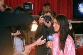 NEW YORK - NOVEMBER 10: Victoria's Secret model Adriana Lima getting ready backstage during the 2010 Victoria's Secret Fashion Show — Stock Photo