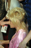 NEW YORK - NOVEMBER 10: Victoria's Secret model Jessica Stam getting ready backstage during the 2010 Victoria's Secret Fashion Show — Stock Photo