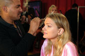 NEW YORK - NOVEMBER 10: Victoria's Secret model Lily Donaldson getting ready backstage during the 2010 Victoria's Secret Fashion Show — Photo