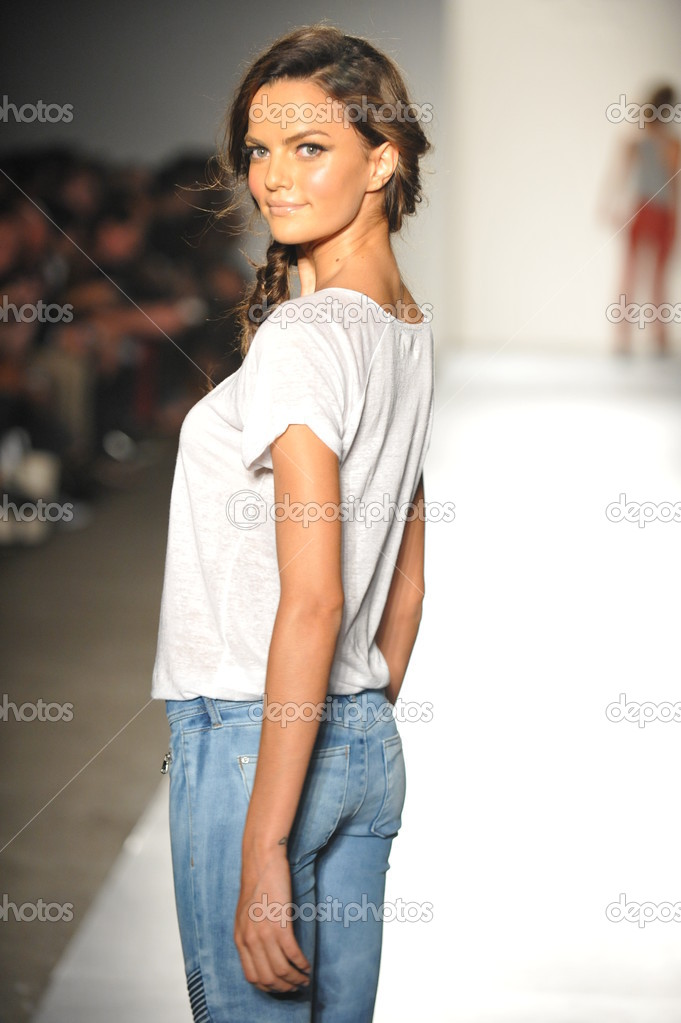 NEW YORK, NY - SEPTEMBER 05: A model walks the runway at the DL 1961 Premium Denim spring 2013 fashion show during Mercedes-Benz Fashion Week at Pier 57 on September 5, 2012 in New York City — Stock Photo #19354355