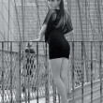 Fashion model posing sexy in short black dress on Brooklyn Bridge in New York — Stock Photo #19683571