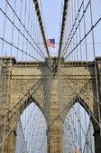 Imagen hacia arriba del puente de brooklyn en nueva york en un día soleado — Foto de Stock