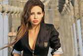 Moda modelo posando sexy con chaqueta negra sobre el puente de brooklyn en nueva york — Foto de Stock