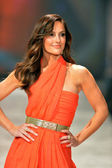 NEW YORK, NY - FEBRUARY 06: Minka Kelly wearing Oscar de la Renta walks the runway at The Heart Truth's Red Dress Collection during Fall 2013 Mercedes-Benz Fashion Week on February 6, 2013, NYC. — Foto Stock