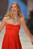 New york, ny - 06 februari: torah ljusa bär nicole miller går banan vid hjärtat sanningen röd klänning samling under hösten 2013 mercedes-benz fashion week den 6 februari 2013, nyc. — Stockfoto