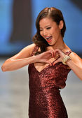 NEW YORK, NY - FEBRUARY 06: Jamie Chung wearing David Meister walks the runway at The Heart Truth's Red Dress Collection during Fall 2013 Mercedes-Benz Fashion Week on February 6, 2013, NYC. — Foto Stock