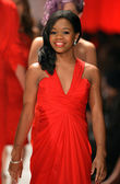 NEW YORK, NY - FEBRUARY 06: Gabrielle Douglas wearing Pamella Rolland walks the runway at The Heart Truth's Red Dress Collection during Fall 2013 Mercedes-Benz Fashion Week on February 6, 2013, NYC. — Foto Stock