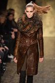 ニューヨーク - 2 月 11 日: モデル、ダナキャラン秋冬 2013年コレクション 2013 年 2 月 11 日にメルセデス ・ ベンツ ・ ファッション ・ ウィーク中にニューヨーク市ではフィナーレ滑走路を歩く. — ストック写真
